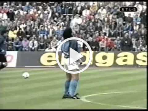 Diego Mardona prematch warmup in 1989, juggling the ball in time with music