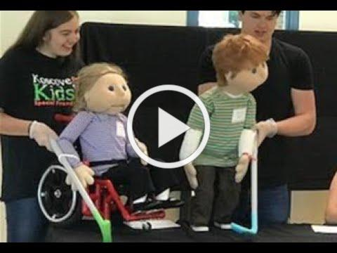 Blind puppet plays with sound ball teaches kids to be kind